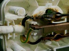 Innenansicht - deutliche Verschmorungen und Abschmelzungen der angeschlossenen Leiter